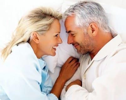 casal de meia idade se olhando apaixonadamente