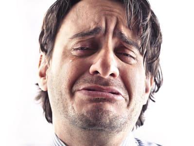 homem chorando igual criança