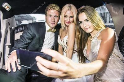 homem com duas amigas bonitas dentro de carro