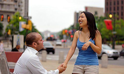 homem conversando com mulher