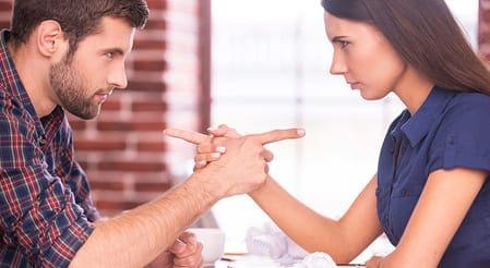 homem e mulher se encarando e se desafiando