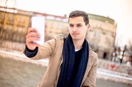 homem tirando foto dele mesmo selfie