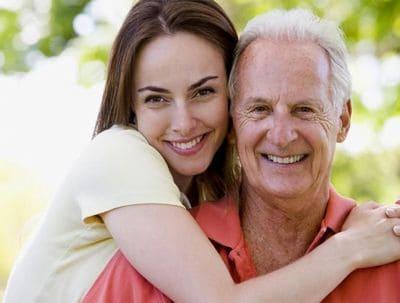 homem velho com garota jovem