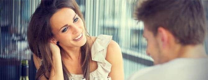 mulher flertando mexendo no cabelo