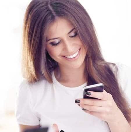 mulher sorrindo olhando pro celular