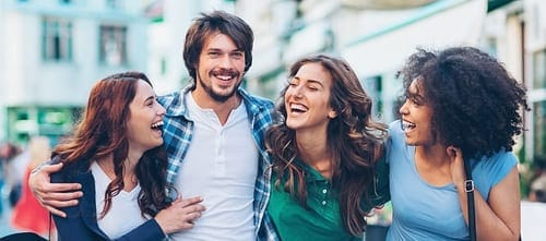 mulheres abraçando e sorrindo homem
