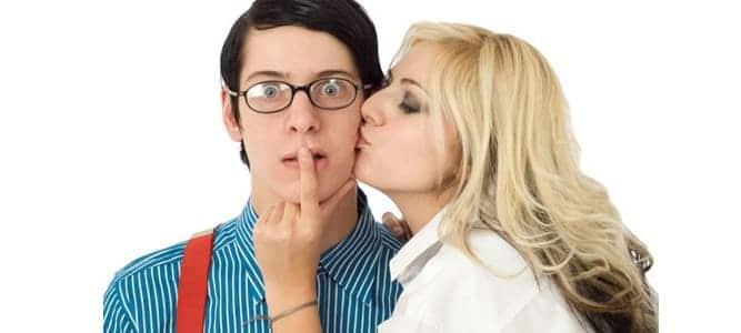 nerd sendo beijado por loira bonita