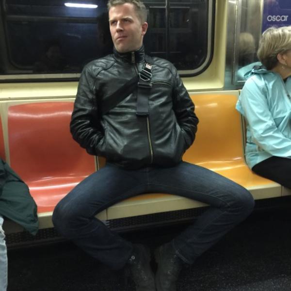 Homem idiota de pernas abertas