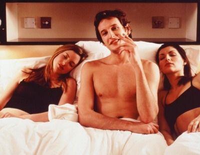sexo a 3 homem na cama com duas mulheres