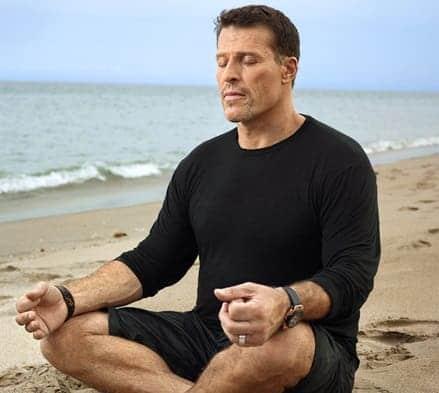 tony robbins meditando na praia